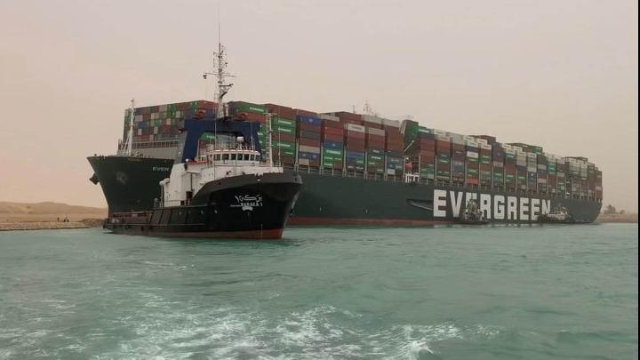 """Διώρυγα Σουέζ: Στον """"αέρα"""" η αποκόλληση του προσαραγμένου πλοίου"""