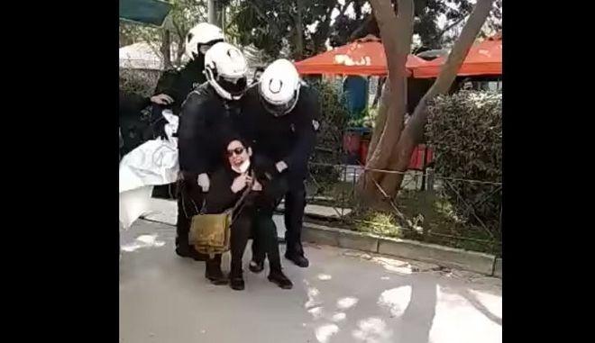 Κουφοντίνας: Βίαιη σύλληψη γυναίκας σε λαϊκή στο Χαλάνδρι