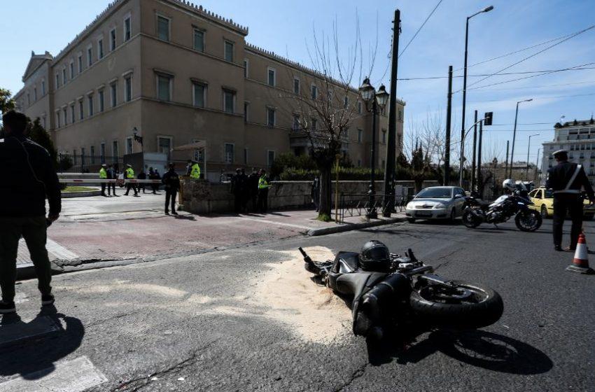 Τροχαίο έξω από τη Βουλή: Υπηρεσιακό όχημα συγκρούστηκε με μηχανή (vid)