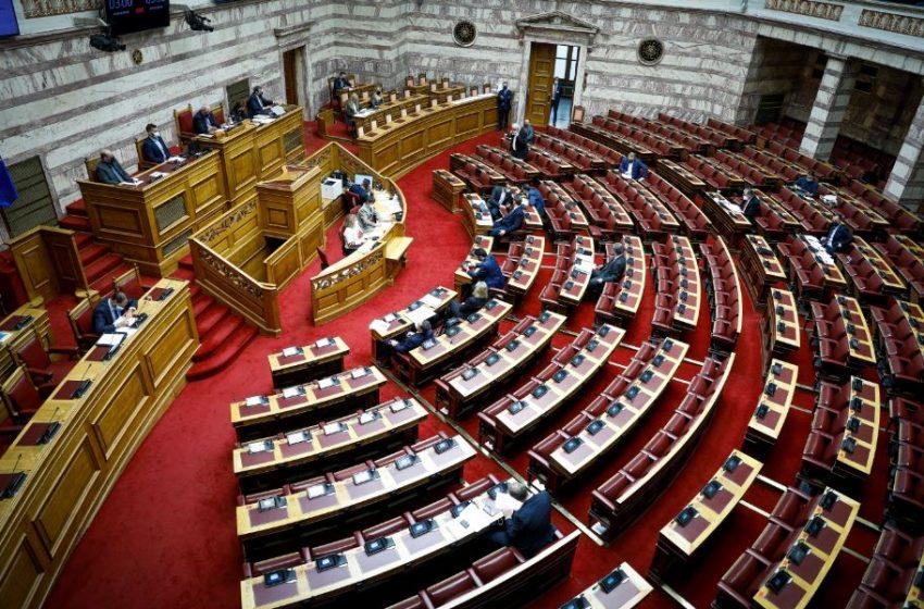 Βουλή: Καταδικάζουν τα κόμματα την επίθεση κατά του αστυνομικού στη Νέα Σμύρνη