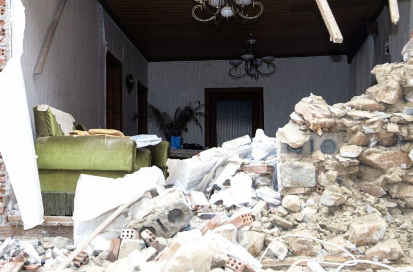 Σεισμός στην Ελασσόνα: Τηλεκπαίδευση στο αντίσκηνο – Στο κρύο με κινητό ψάχνουν…ίντερνετ (vid)