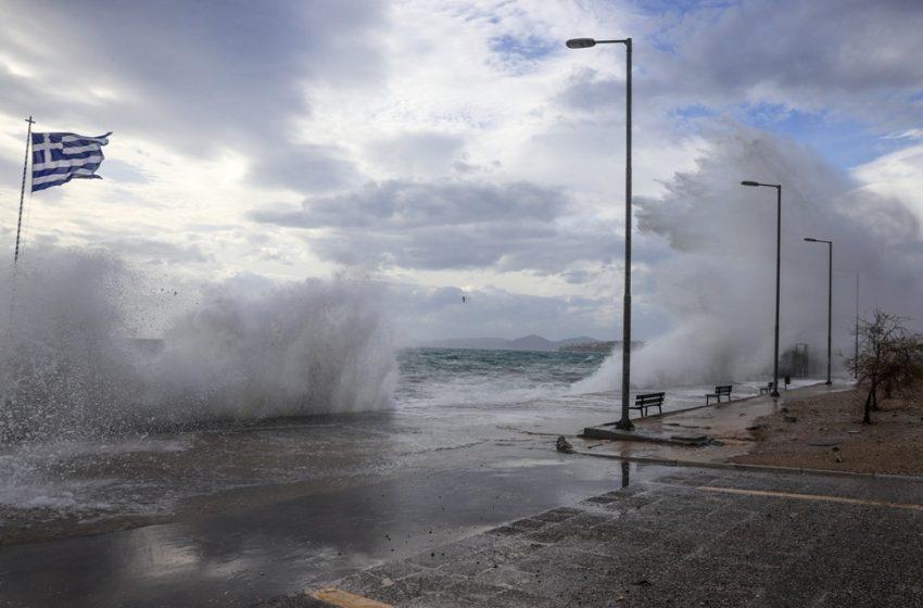 Οι άνεμοι έριξαν πλοίο στον προβλήτα στο Λιμάνι της Σούδας (vid)