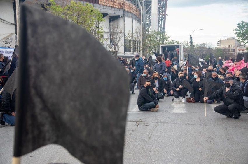 Λαϊκές αγορές: Με μαύρες σημαίες και διανομή δωρεάν προϊόντων διαμαρτύρονται εργαζόμενοι στην Θεσσαλονίκη