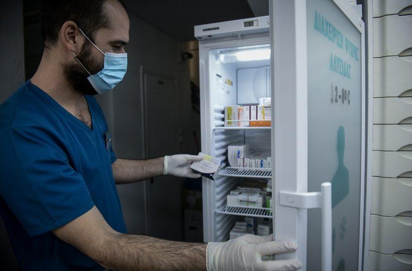Εμβολιασμοί: Αμοιβή ένα ευρώ στους φαρμακοποιούς για το κλείσιμο του ραντεβού