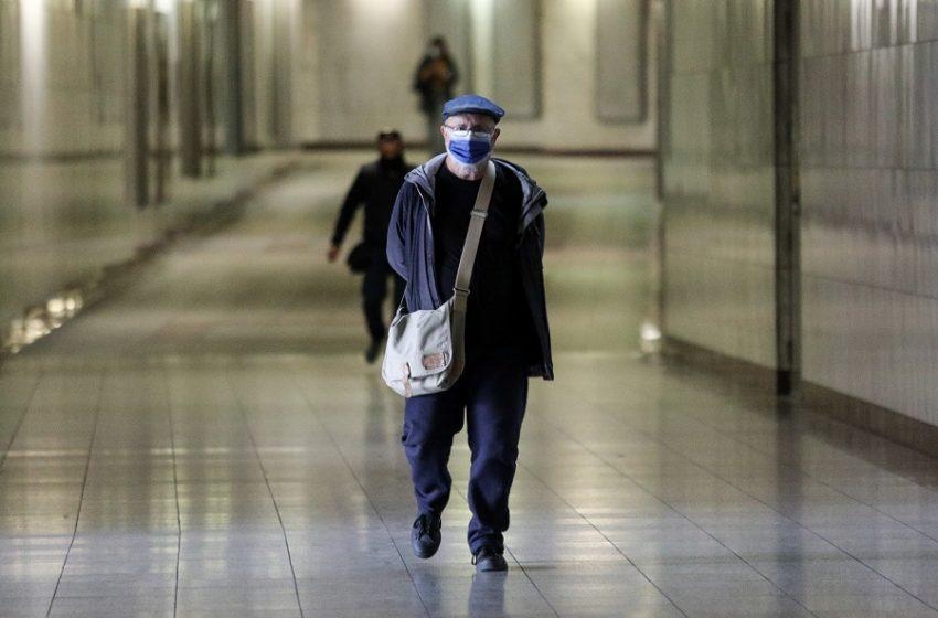 Κοροναϊός: Πόσο αποτελεσματική είναι η χρήση υφασμάτινης πάνω από ιατρική μάσκα;