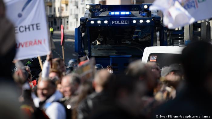 Γερμανία: Μπαράζ επιθέσεων κατά δημοσιογράφων από αρνητές- Συναγερμός στις αρχές