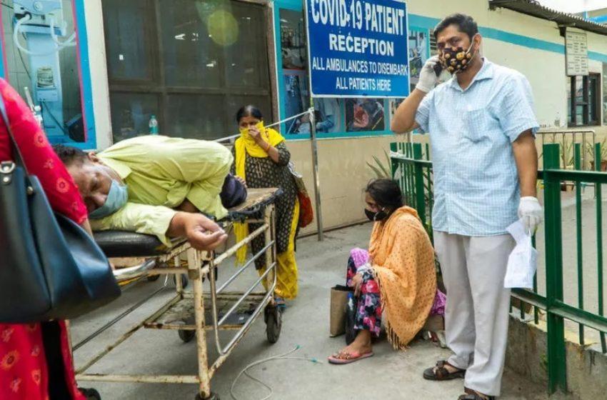Συγκλονιστικές εικόνες από την Ινδία: Θάνατος και απελπισία έξω από τα νοσοκομεία