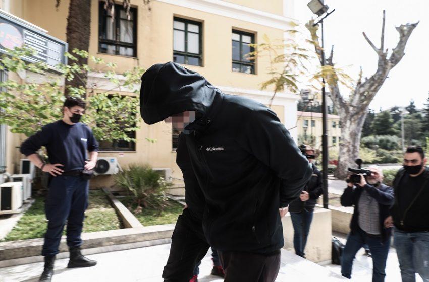 Δίωξη για κακούργημα στον δράστη της επίθεσης με καυστικό υγρό
