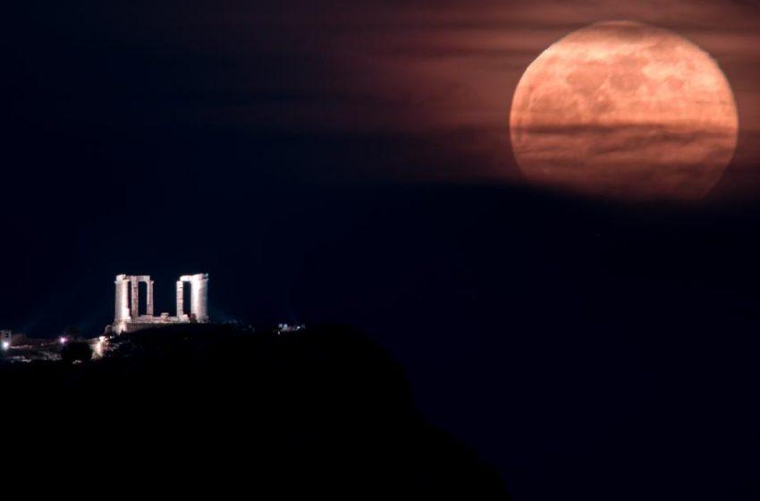 """To """"ροζ φεγγάρι"""" και το Σούνιο- Η μοναδική εικόνα που κάνει τον γύρο του κόσμου"""