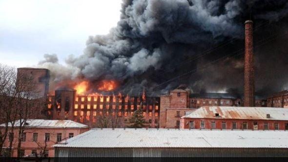 Αγ. Πετρούπολη: Ένας πυροσβέστης νεκρός και δύο τραυματίες από πυρκαγιά σε ιστορικό εργοστάσιο (vid)