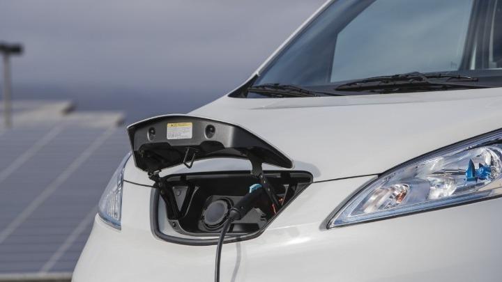 Πώς θα κυκλοφορούν τα ηλεκτρικά αυτοκίνητα στον δακτύλιο; – Τι ισχύει για τα υβριδικά