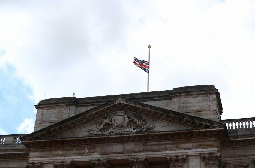 Πρίγκιπας Φίλιππος: Μεσίστια η σημαία στο Μπάκινγχαμ-Πώς και πού θα γίνει η κηδεία