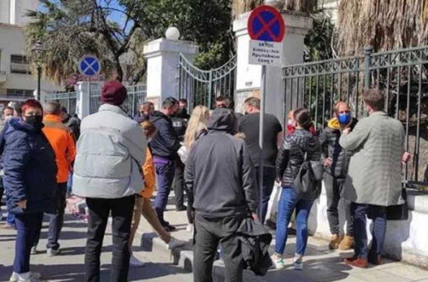 Μακρινίτσα: Οργή στα δικαστήρια του Βόλου – Επιχείρησαν να λιντσάρουν τον δράστη του διπλού φονικού