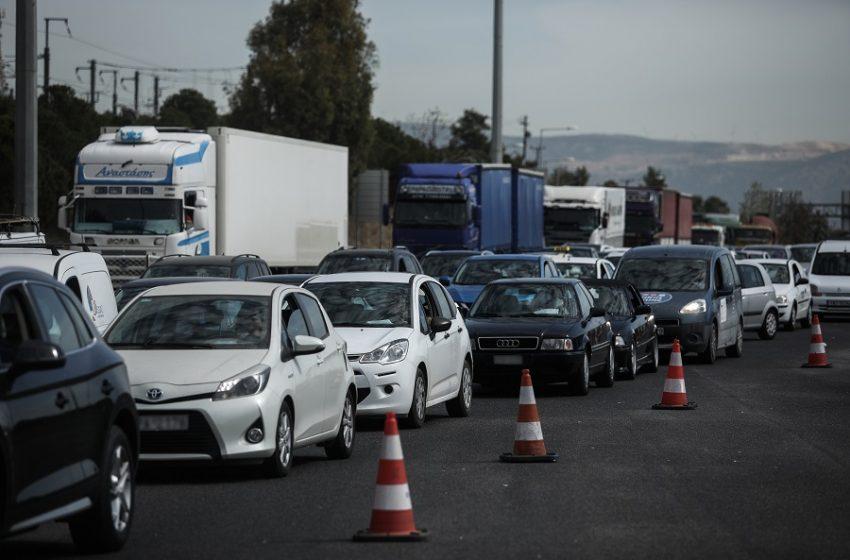 Και lockdown και… φουλ έξοδος – 35.000 αυτοκίνητα πέρασαν τα διόδια – Πόσοι αναγκάστηκαν να επιστρέψουν (vid)