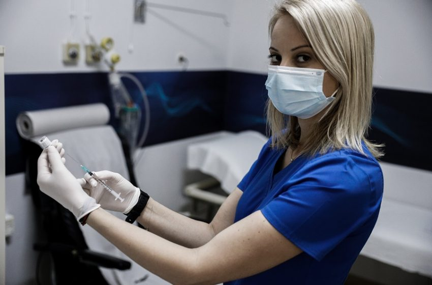 """""""Χαμός"""" με τα ραντεβού στις ηλικίες 40-44 – Αυξάνονται τα εμβολιαστικά κέντρα λόγω της μεγάλης ζήτησης"""