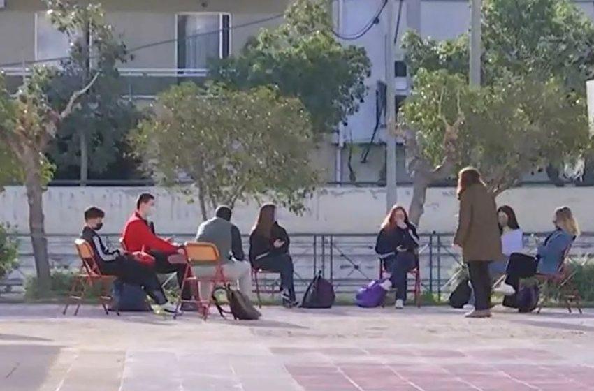 Βγήκαν στο… προαύλιο για να κάνουν μάθημα σε σχολείο στο Ίλιον