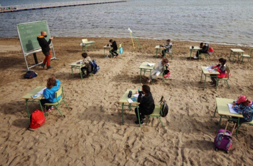 Άνοιγμα σχολείων: Πήγαν την τάξη για μάθημα στην παραλία