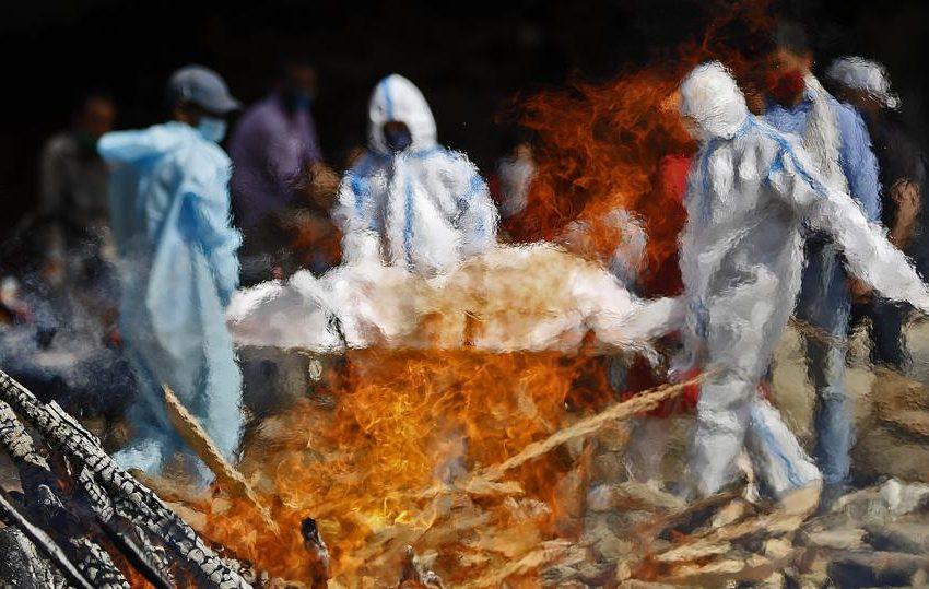 Ινδία: Αυτοσχέδια κρεματόρια για τους νεκρούς από covid