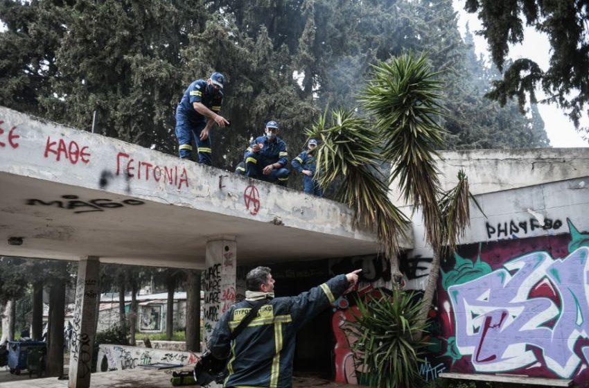 Φωτιά σε κτίριο μέσα στο άλσος της Καισαριανής