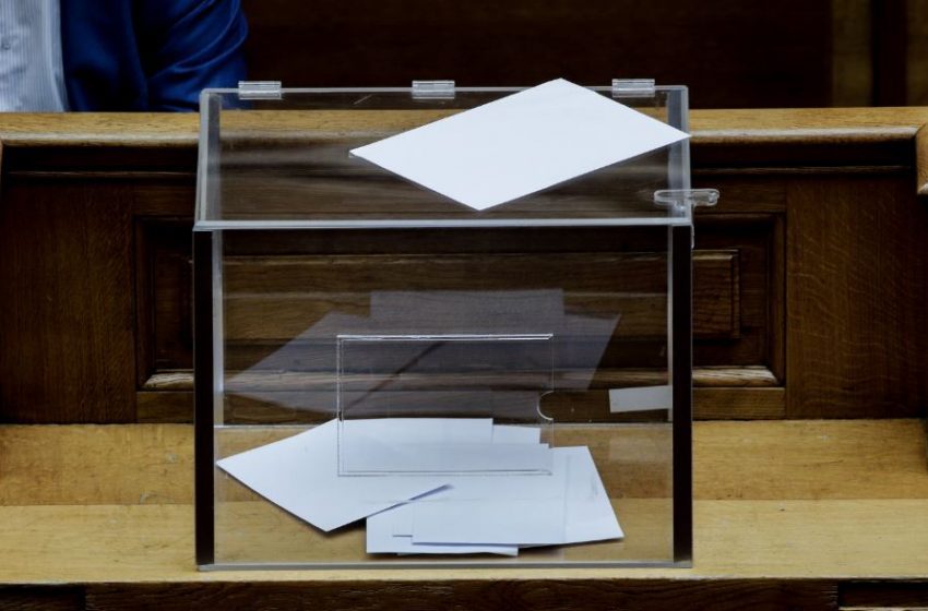 Σχέδιο νόμου: Καταργούνται οι περιορισμοί για την ψήφο των αποδήμων – Αντιδράσεις από τον ΣΥΡΙΖΑ-Τι θα κάνουν τα άλλα κόμματα