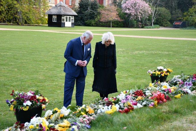 Συγκινήθηκαν Κάρολος και Καμίλα μπροστά από τα λουλούδια για τον Φίλιππο (εικόνες)