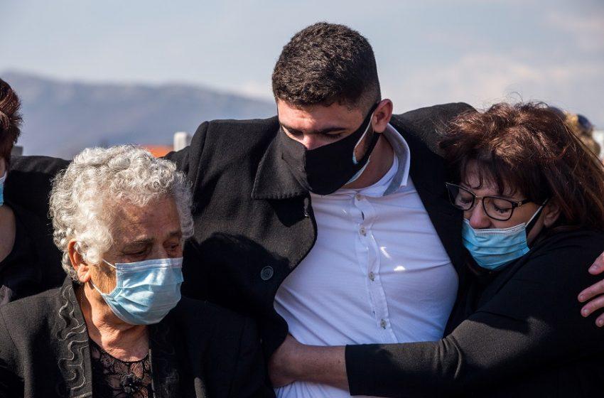"""Ράγισαν καρδιές στην κηδεία του Γιώργου – Ο γιος του τον αποχαιρέτησε με λόγια αγάπης και ένα ζεϊμπέκικο, """"Το Βουνό"""" (vid)"""