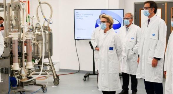 Στο εργοστάσιο της Pfizer Αλβέρτος Μπουρλά και Ούρσουλα Φον Ντερ Λάιεν