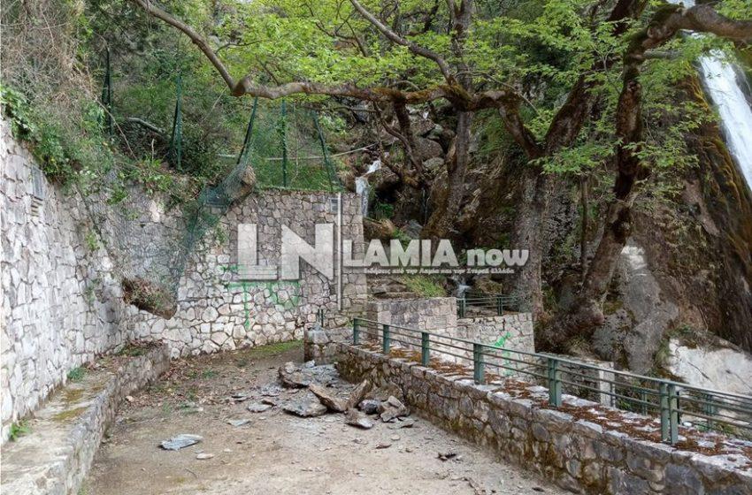 Φθιώτιδα: Μεγάλοι βράχοι έπεσαν δίπλα στον καταρράκτη της Υπάτης