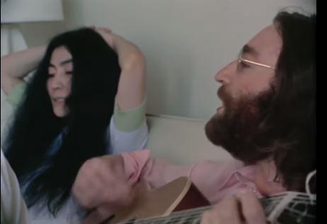 """Ακυκλοφόρητο βίντεο με τον Τζον Λένον και την Γιόκο Ονο να κάνουν πρόβα του """"Give Peace a Chance"""""""