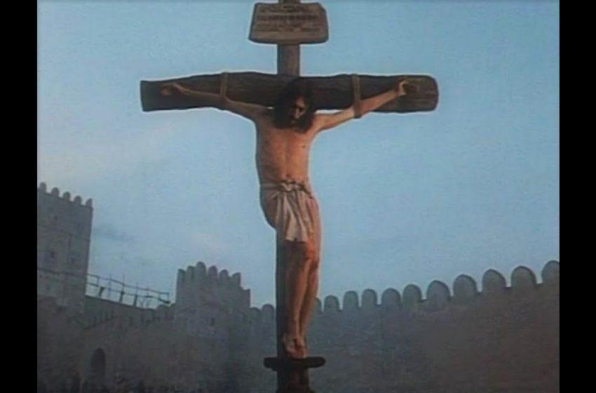Ιησούς από τη Ναζαρέτ: Η σκηνή της Σταύρωσης και η εξήγηση του Πάουελ για το τσιγάρο και το κονιάκ