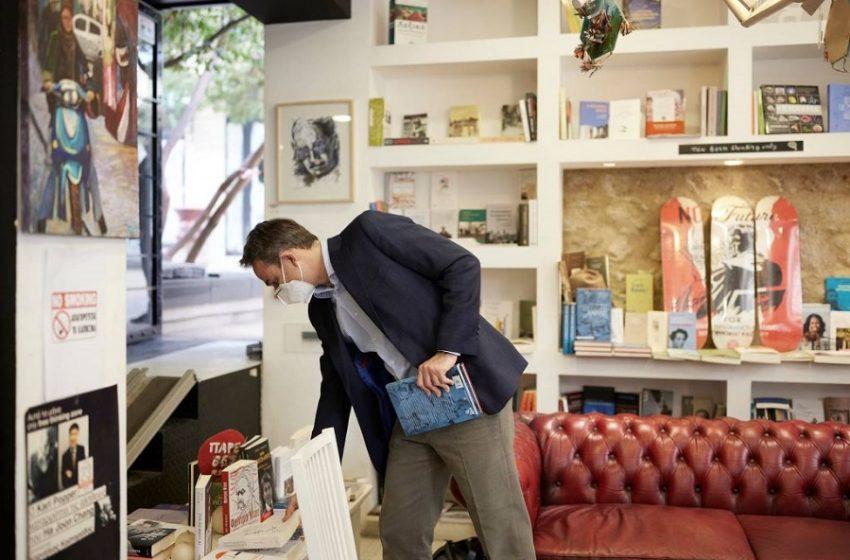 """Μητσοτάκης: Επίσκεψη σε βιβλιοπωλείο με αφορμή την """"Παγκόσμια Ημέρα βιβλίου"""""""