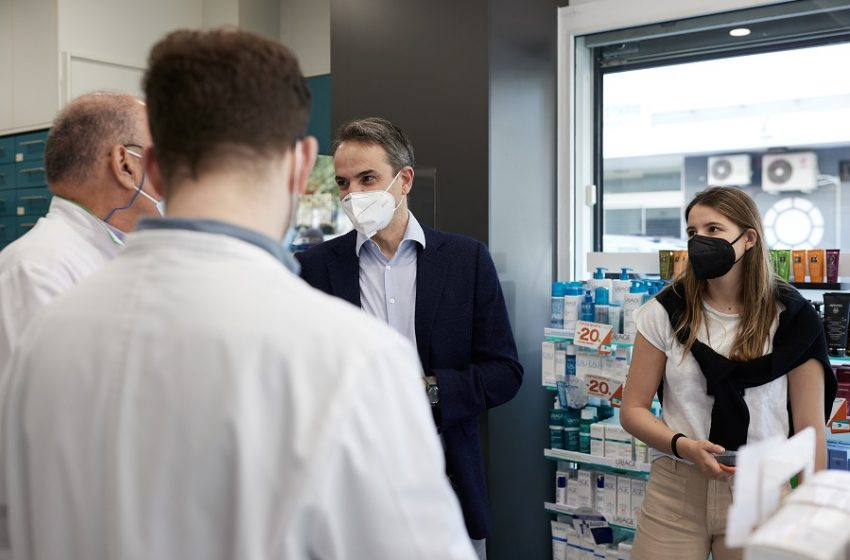 Μητσοτάκης: Σε φαρμακείο με την κόρη του για το self test