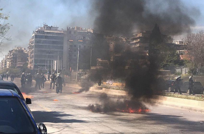 Επεισόδια στη Θεσσαλονίκη: Διαδηλωτής στις φλόγες από μολότοφ (video)