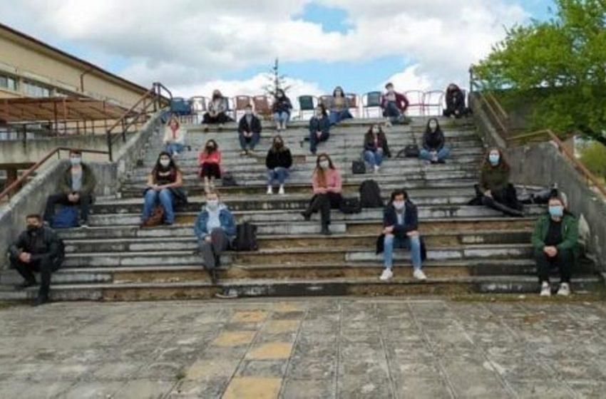 Mάθημα στα σκαλιά για τους φοιτητές
