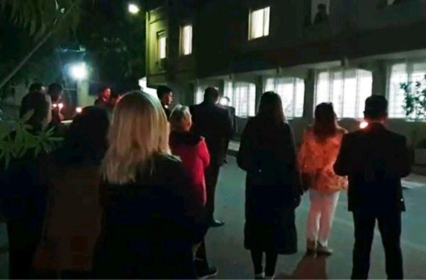 """""""Αγία Βαρβάρα"""": Συγκίνηση με ασθενείς να παρακολουθούν από τα παράθυρα τη χορωδία (vids)"""