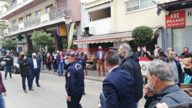 Πάτρα: Έντονες διαμαρτυρίες εμπόρων κατά Πέτσα ο οποίος μετέβη σε ρόλο πυροσβέστη (vid)