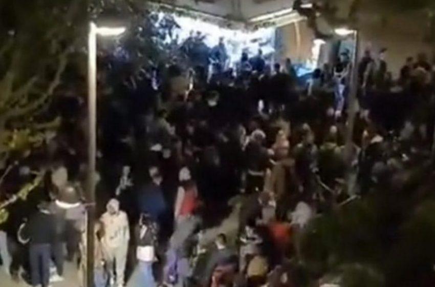 Νέα βίντεο από το κορονοπάρτι στην πλατεία Βαρνάβα  με DJ και φωτοβολίδες