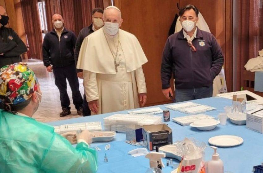 Βατικανό: Επίσκεψη του Πάπα σε άστεγους και άπορους που εμβολιάζονται