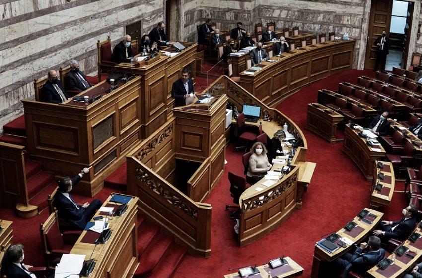 """Ψήφος αποδήμων: Τι κρύβεται πίσω από τον κυβερνητικό """"αιφνιδιασμό"""" – Η ερμηνεία της Κουμουνδούρου και ο απρόβλεπτος παράγοντας"""