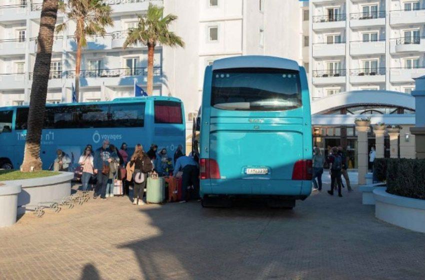Τουρισμός: Αναχωρούν από την Ρόδο οι 189 Ολλανδοί και σήκωσαν πανό στο ξενοδοχείο