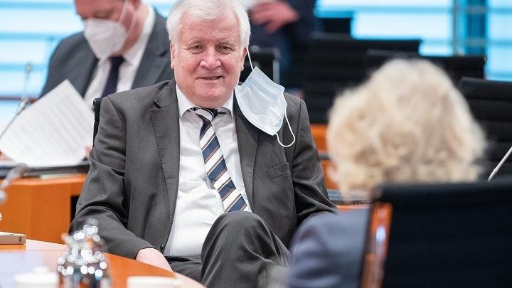 Γερμανία: Ο υπ. Εσωτερικών Χ. Ζεεχόφερ αρνήθηκε να εμβολιαστεί με AstraZeneca