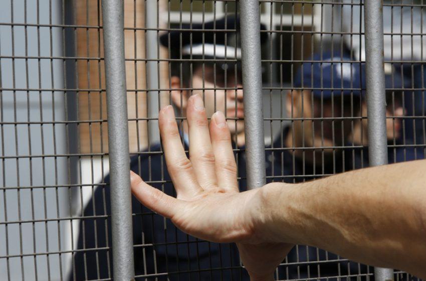 Έκθεση-κόλαφος για φυλακές και κέντρα κράτησης: Βασανιστήρια με μπαστούνια και ασφυξία με πλαστικές σακούλες