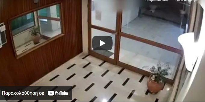 Σοκαριστικό βίντεο: Νεαρός ακολουθεί κοπέλα με τα γεννητικά του όργανα έξω από το παντελόνι (vid)