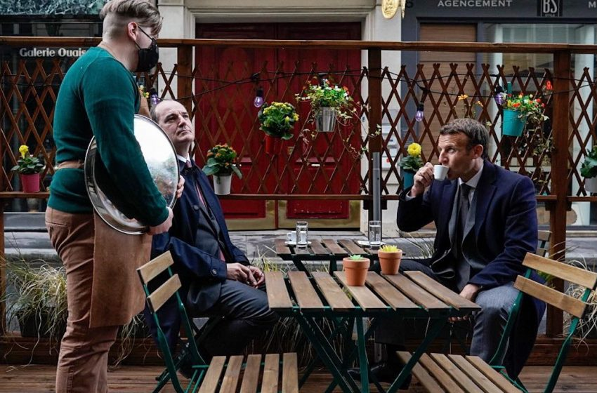 Οι Γάλλοι τρολάρουν τον Μακρόν που πίνει καφέ και μιλά για το τέλος της πανδημίας- Δείτε το βίντεο