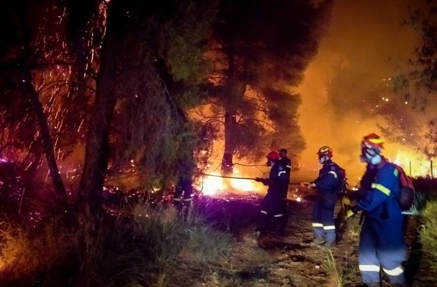 Κορινθία: Μάχη με την φωτιά στον Σχίνο – Κάηκαν σπίτια, εκκενώθηκαν οικισμοί