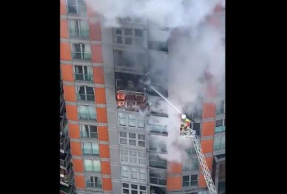 Λονδίνο: Φωτιά σε πολυώροφο κτίριο (vid)
