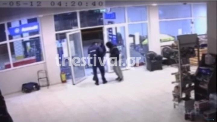 Μεροκάματο του τρόμου για υπάλληλο βενζινάδικου – Καρέ καρέ η ένοπλη ληστεία (vid)