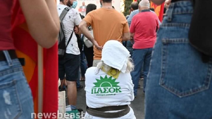 Το γύρο του διαδικτύου κάνει η γιαγιά με την μπλούζα ΠΑΣΟΚ σε συγκέντρωση του ΚΚΕ (εικόνες)