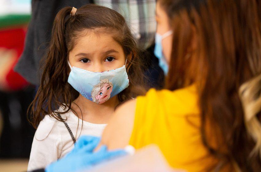 Το δίλημμα των επιστημόνων: Πρέπει να εμβολιάζονται τα παιδιά;- Η Βρετανία σκέπτεται να ξεκινήσει στις ηλικίες άνω των 6 ετών