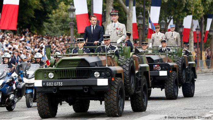 """Γαλλία: Το """"πραξικόπημα με τις παντόφλες"""", η ενίσχυση της ακροδεξιάς Λεπέν και ένας Μακρόν σε κρίση"""